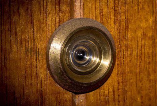 Дверной глазок: взгляд сквозь дверь