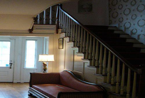Обустройство свободного пространства под лестницей